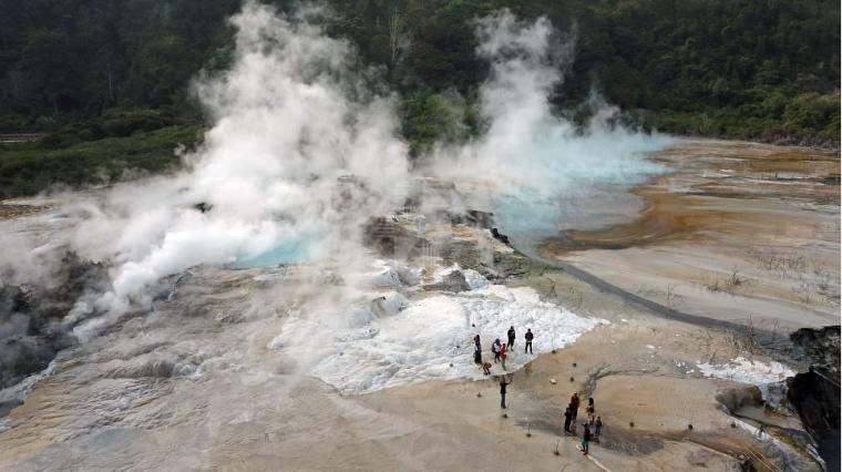 Menikmati Suguhan Eksotisme Panas Bumi di Lembah Seribu Kawah